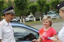 В Волгограде сотрудники ГИБДД поддержали блондинок за рулем