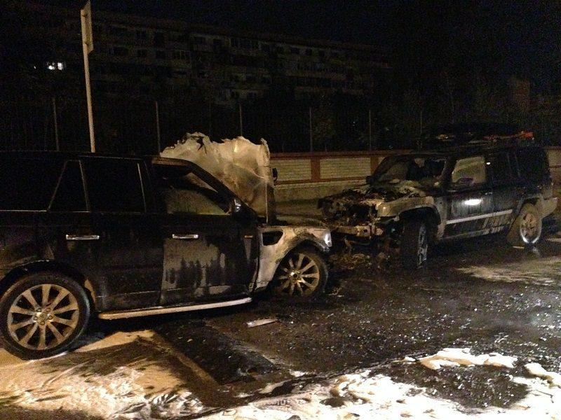 В Волгограде возле элитного дома сожгли две крутые иномарки
