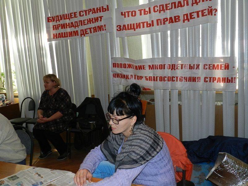 В Волгограде губернатор встретился с голодающими родителями