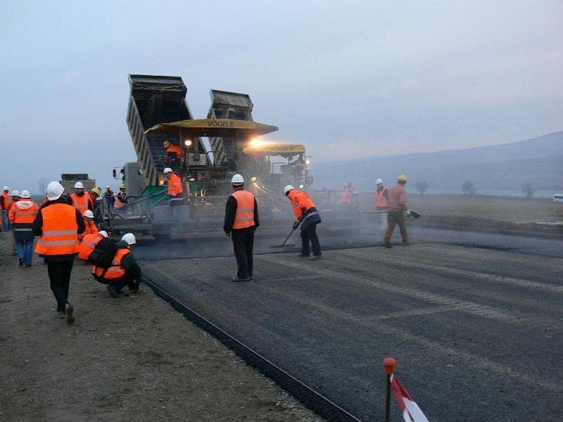 В Камышине дорожные рабочие попали под колеса автомобиля федерального судьи