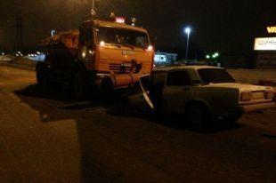 В Волгограде снегоуборочная машина протаранила «семерку»