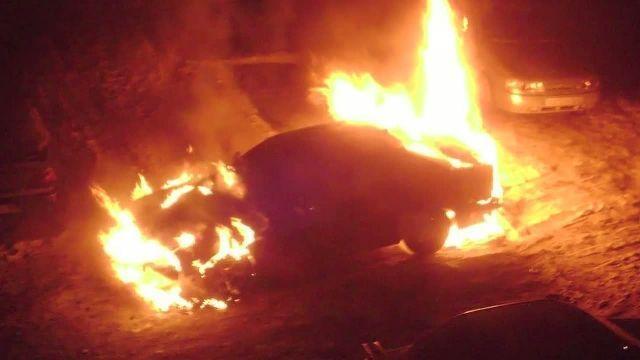 В Волгограде сгорели три автомобиля, припаркованные рядом