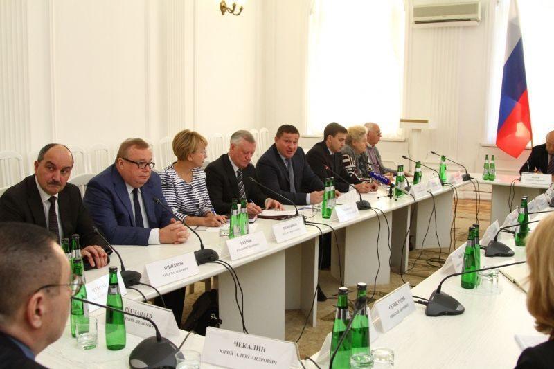 Андрей Бочаров предложил экономить бюджет за счет чиновников