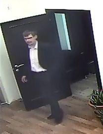 Представительный мужчина спокойно похитил из офиса 500 тысяч рублей