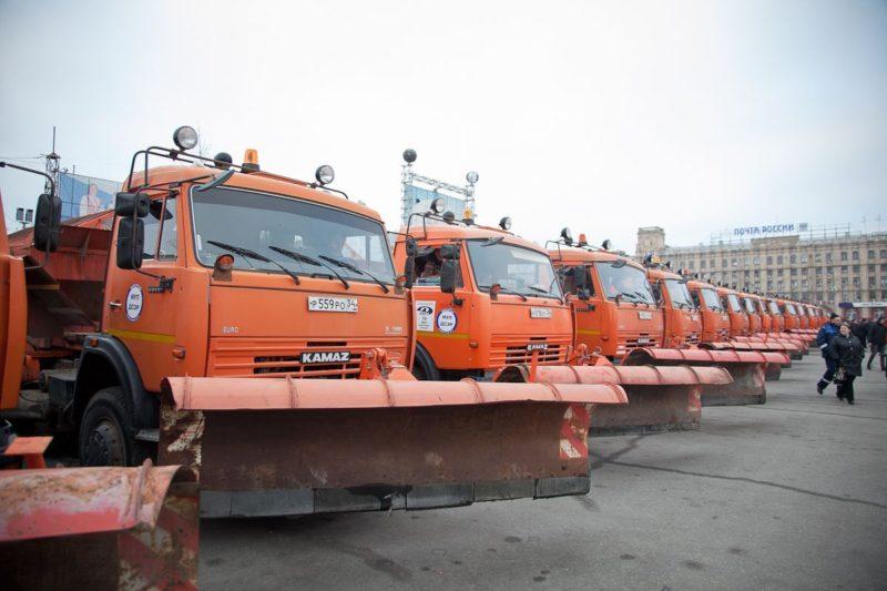 Волгоградские улицы расчищают 83 снегоуборочные машины