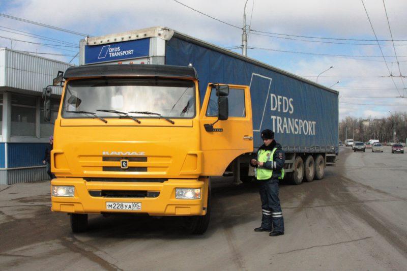 Водителей транзитных грузовиков штрафуют за въезд в Волгоград