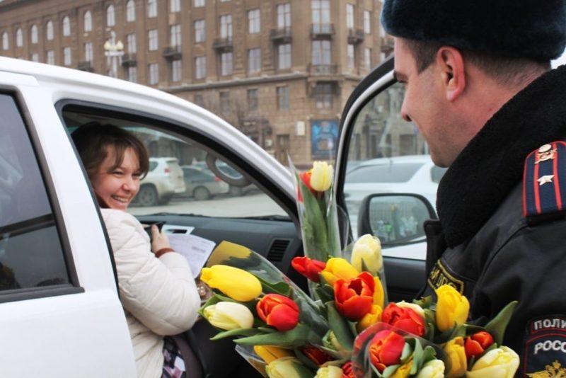 Сотрудники ДПС вышли на дороги Волгограда с букетами тюльпанов