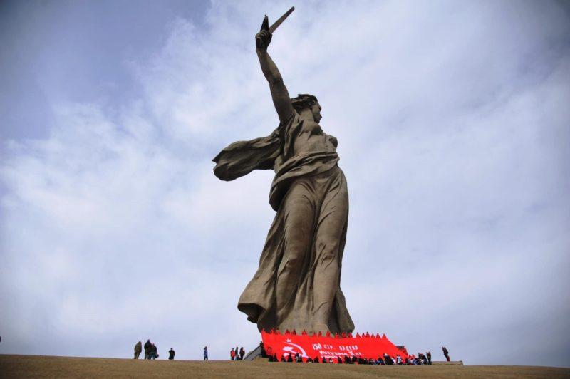 На Мамаевом кургане протянули 200-метровую копию Знамени Победы