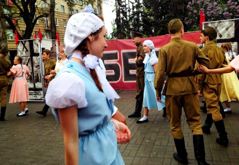 Волгоградская молодежь устроила «Наш цветущий вечный май» на Алее Героев
