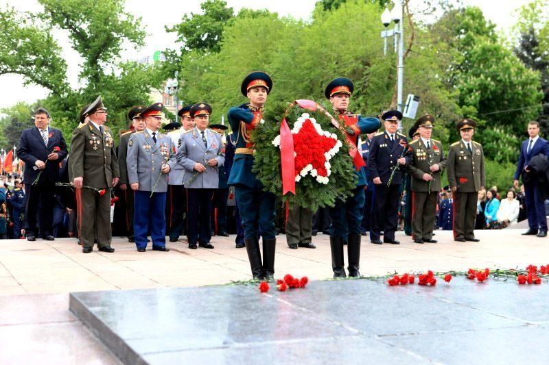 Иностранные делегации возложили цветы на площади Павших борцов