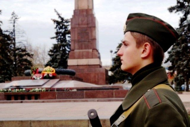Волгоградские школьники заступили на Вахту Памяти у монументов войны
