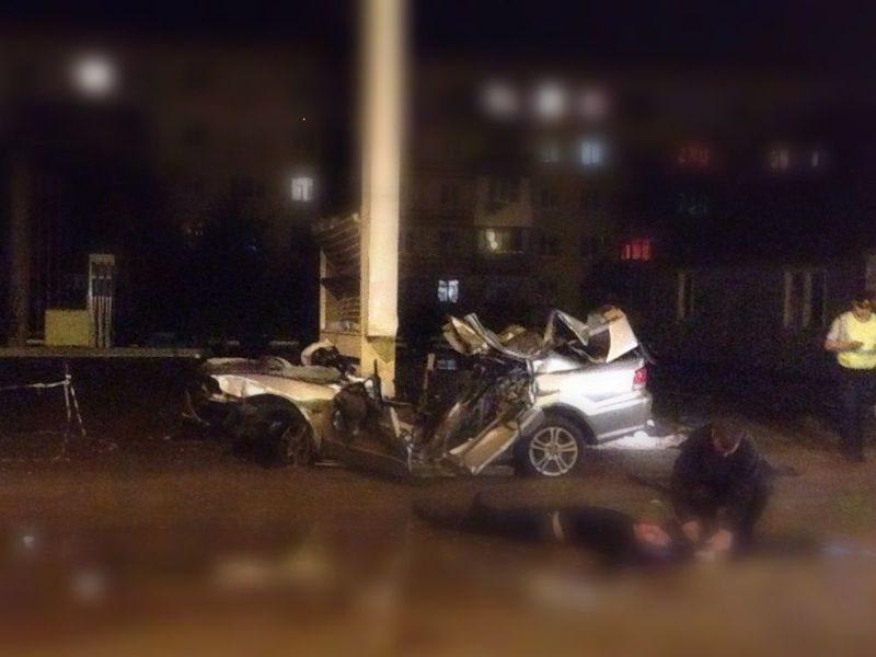 В Волгограде Mitsubishi на полной скорости врезался в опору: погибли два человека