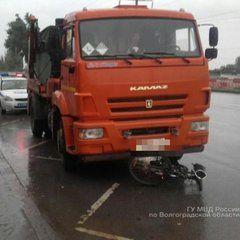 В Советском районе Волгограда КАМАЗ наехал на остановку: есть пострадавшие