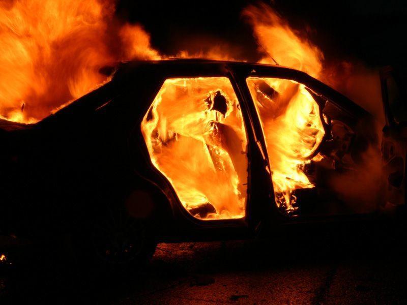 В Волгограде ночью неизвестные подожгли автомобиль Мазда