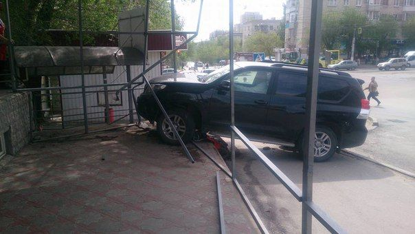 В Волгограде внедорожник едва не снес торговый павильон