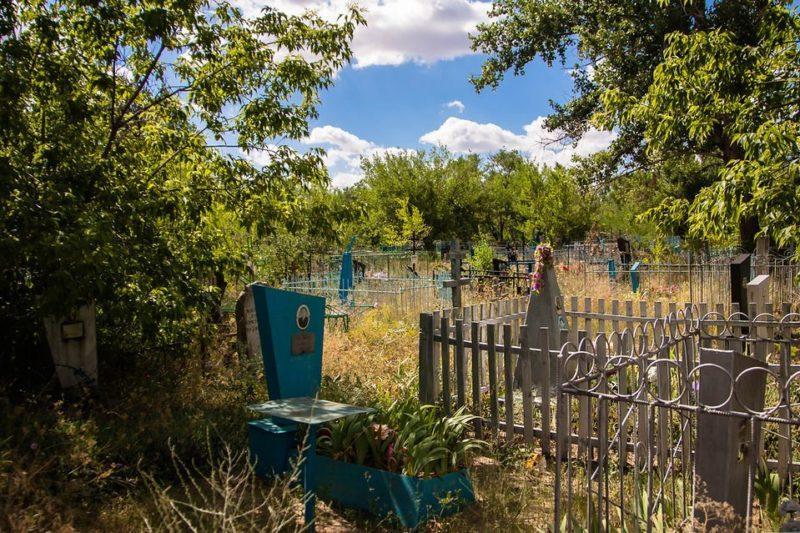 Житель Волгоградской области повалил кресты на кладбище
