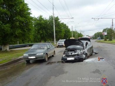 22-летний водитель попал в больницу с переломами после наезда на бордюр