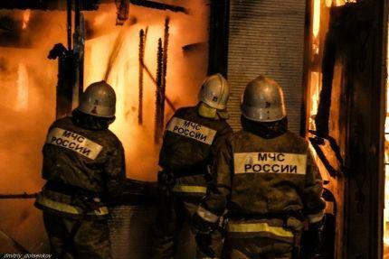 В Дзержинском районе неизвестные ночью подожгли четыре хозпостройки