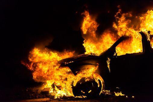 Мужчина бросил горящую спичку в бензобак автомобиля экс-супруги