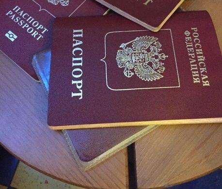 Волгоградским школьникам накануне Дня России вручили первые паспорта