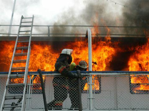 В Красноармейском районе Волгограда из-за неосторожного обращения с огнем загорелся сухогруз