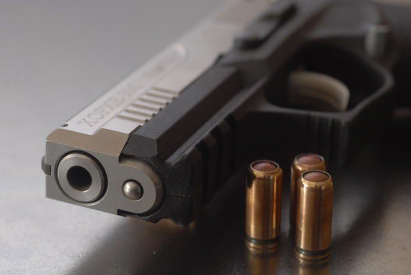 Волгоградец угрожал своему знакомому убийством из травматического пистолета