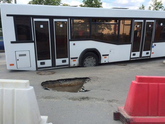 В волгоградском аэропорту автобус из-за недобросовестного подрядчика ушел одним колесом в асфальт