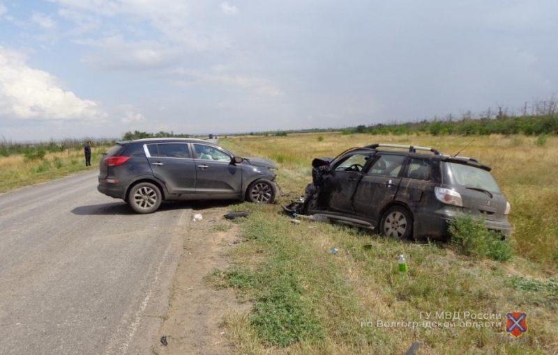 В Котельниковском районе столкнулись два внедорожника: есть погибший и раненые