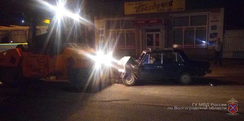 На юге Волгограда водитель ВАЗ-2106 въехал в асфальтоукладчик