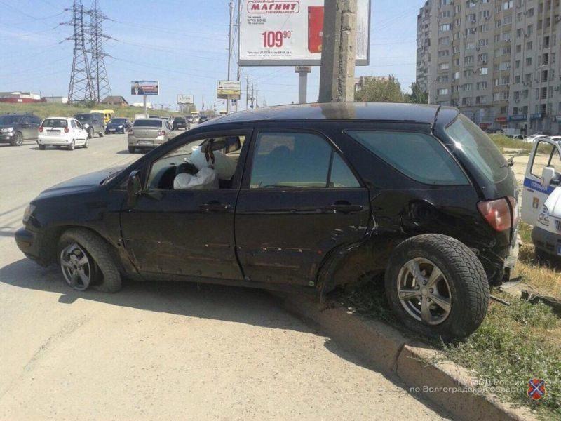 В Краснооктябрьском районе Волгограда 21-летний водитель «Лексуса» устроил тройное ДТП