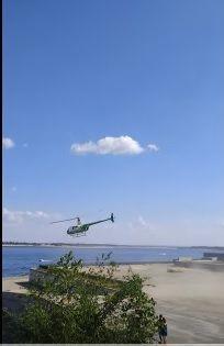 """В Волгограде вертолет """"Сады Придонья"""" приземлился на набережной, чтобы высадить пассажира. ВИДЕО"""