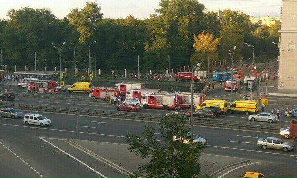 На станции метро Войковская эвакуируют людей после взрыва