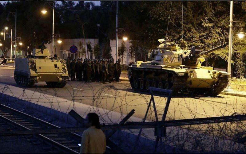 В Турции начался военный переворот. Военные уже захватили телевидение и соцсети. Прямая трансляция