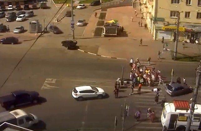 Водитель снёс на пешеходном переходе толпу людей. ВИДЕО