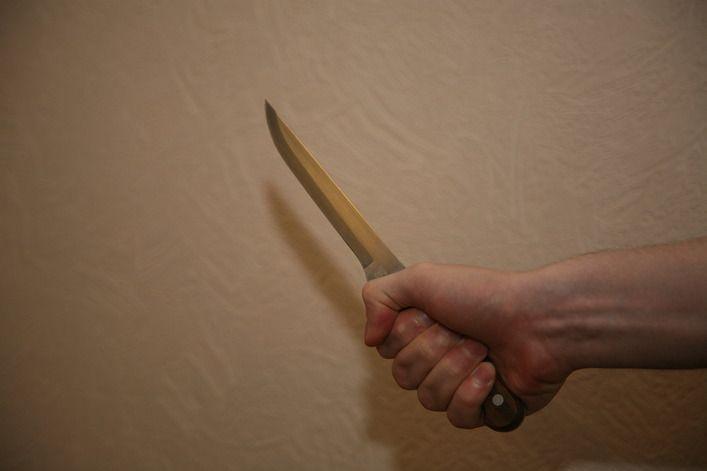 Посетитель супермаркета напал с ножом на охранника магазина