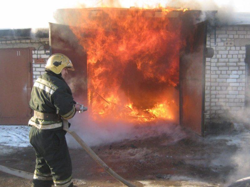 В Волгоградской области посреди дня в гараже сгорела отечественная легковушка