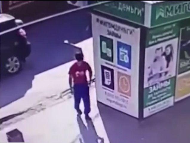 В Волгограде правоохранители разыскивают налетчика на офис микрозаймов по видеозаписи
