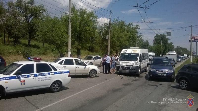 В Волгограде в ДТП в маршрутном микроавтобусе пострадали трое детей