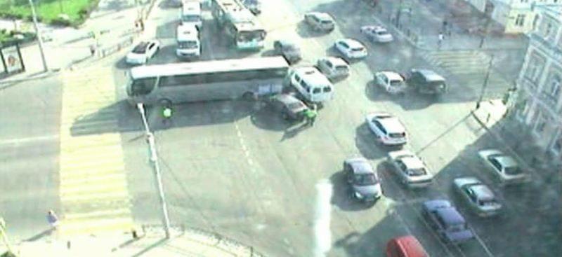 Водитель автобуса потерял сознание и сбил двух пешеходов. ВИДЕО