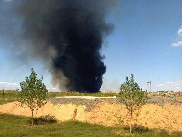 В Волжском рядом с промзоной спасатели борются с масштабным возгоранием камыша