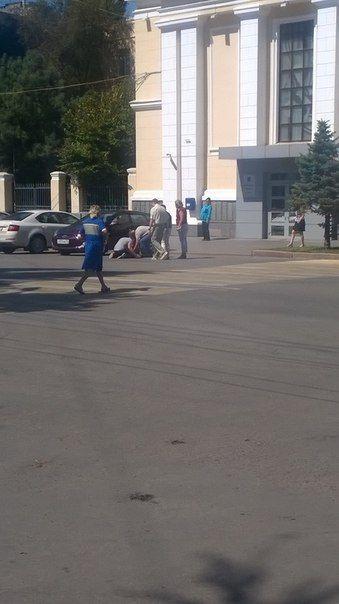 В центре Волгограда мужчина со вскрытыми венами требует справедливости у стен мэрии