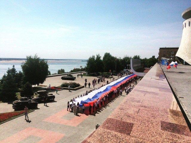 По центру Волгограда пронесли 80-метровый российский триколор
