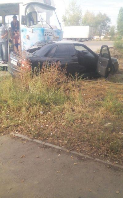 На западе Волгограда трамвай протаранил легковушку