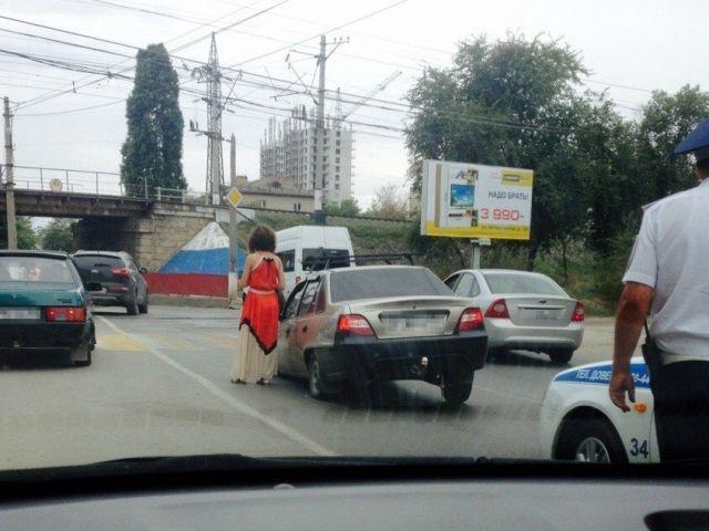 В Волгограде автомобиль Daewoo Nexia провалился в открытый люк