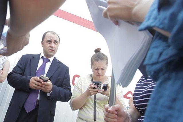 Закулисье: Помощник Игоря Шувалова инструктирует прессу перед брифингом шефа. ВИДЕО