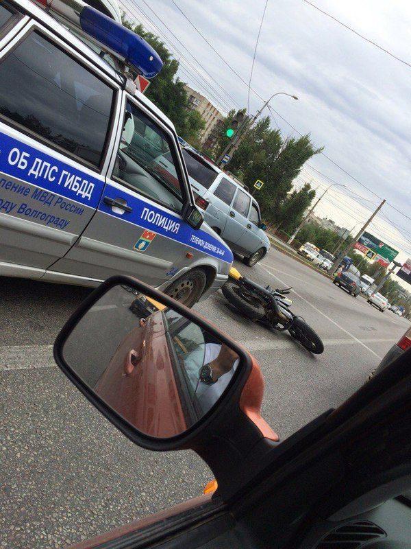 В Советском районе Волгограда байкер врезался в большегруз