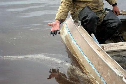 Оперативники ищут виновников многокилометрового нефтяного разлива на Волге