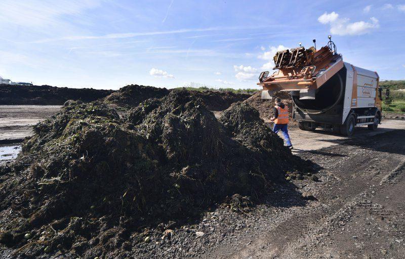В Урюпинске расчищают несанкционированную свалку