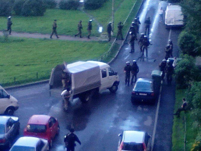 В жилом доме в Петербурге проводится спецоперация по задержанию террористов