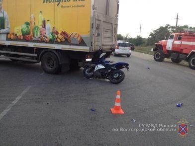 На севере Волгограда байкер въехал в грузовик